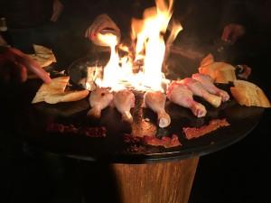 OFYR Grill Erlebins mit Bacon, Hühnerbeinen, Knobi-Brot und Ofenkäse